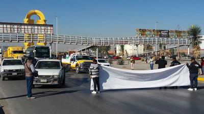 Los contribuyentes y el propio personal estacionaron sus vehículos afuera, sobre el Periférico Raúl López Sánchez, para luego caminar al interior.