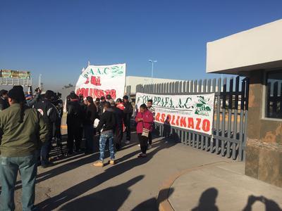 Como medida preventiva para evitar disturbios en las oficinas, personal de la Secretaría cerró las puertas.
