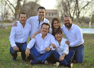 08012017 ANIVERSARIO DE BODAS.  Gerardo Guzmán Mc Curry y Coco Méndez de Guzmán acompañados de sus hijos, Robin, Yessica, Alex y Gerardo.