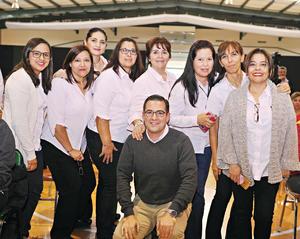 09012017 POSAN PARA LA FOTO.  Victoria, Lavy, Cristy, Lulú, Aurorita, Norma, Yolanda, Píldora y Padre Roberto.