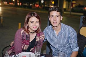 08012017 POSAN PARA LA CáMARA.  Carla y Ramón.