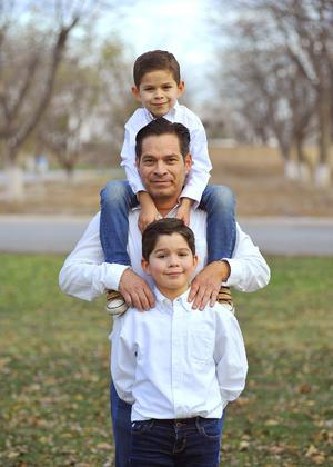 09012017 Rogelio con sus hijos, Roger y Andrés.