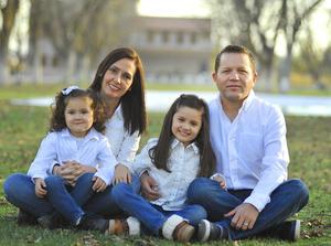 09012017 Angélica y Robin Gerardo con sus hijas, Daniela y Natalia.