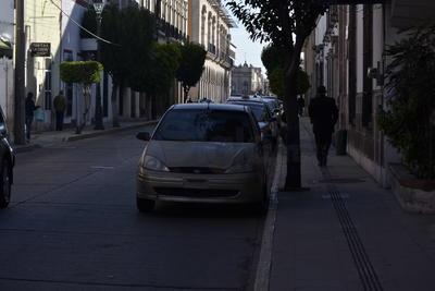 Todos los conductores saben o deben saber que la línea amarilla indica que está prohibido estacionarse.