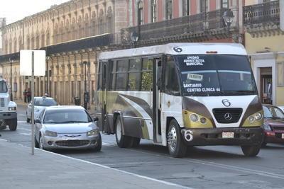 Tampoco las paradas de autobús son respetadas por los conductores particulares.