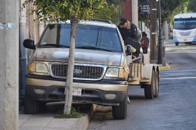 Tampoco es raro ver a los automovilistas estacionarse sobre la banqueta dejando poco o nada de espacio para que los peatones circulen por donde les corresponde.
