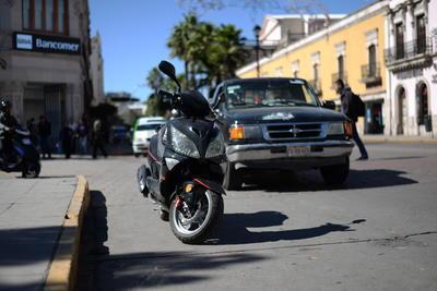 Hasta los motociclistas se estacionan en zona amarilla en el primer cuadro de la ciudad.
