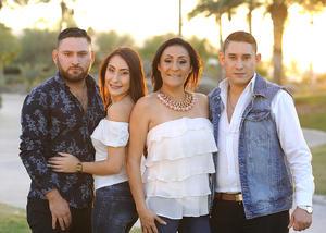 10012017 EN FAMILIA.  Adriana Ayoub con sus hijos, Fernanda, Carlos y Jesús.