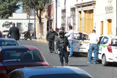 """Cuando llegaron los agentes encontraron al señor Arturo Herrera, de 56 años, conductor de un taxi, con una herida de """"rozón"""" en una pierna."""