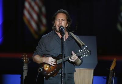 El cantante Eddie Vedder amenizó la noche.