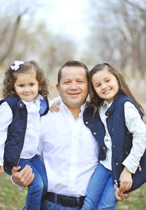 11012017 Robin Gerardo con sus hijas, Daniela y Natalia.