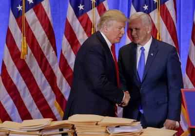 """Pence también dijo que es """"un honor estar al lado de un presidente que hará que Estados Unidos vuelva a ser grande""""."""