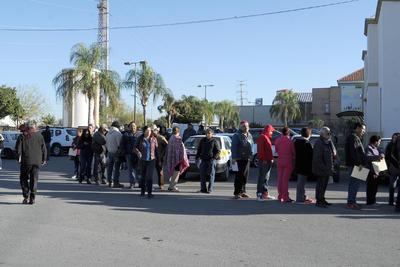 Largas filas se hacían por la la colonia Ricardo Flores Magón al esperar su turno.