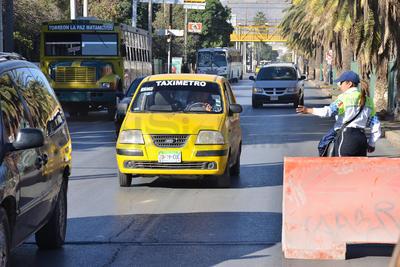 Fue en el carril sur con circulación de poniente a oriente, a la altura de la calle Donato Guerra donde se interrumpió la afluencia de vehículos debido a los trabajos de reposición de tubería.