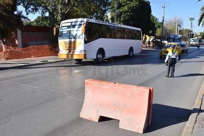 Agentes viales se abocan en la desviación de los vehículos.