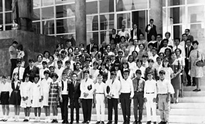 15012017 Alumnos de nivel primaria, participantes del Concurso Estatal de Conocimientos. Profr. Eliseo Loera Salazar, lo acompañan sus profesores, Saltillo, Coahuila, en 1962.