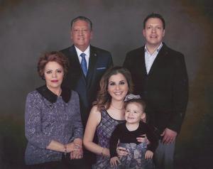 15012017 RECIBEN EL AñO NUEVO.  Marco Antonio Arroyo y su esposa, Mica de Arroyo, en compañía de su hijo, Marco Vinicio Arroyo, y su esposa, Isamari Montelongo de Arroyo, y la nieta, Isamari Montelongo Arroyo.