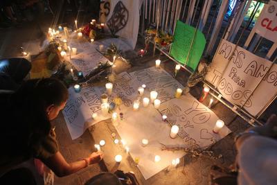 Las personas del grupo de la vigilia escribían mensajes de paz y de empatía hacía los familiares y amigos de los afectados por la balacera del Blue Parrot.