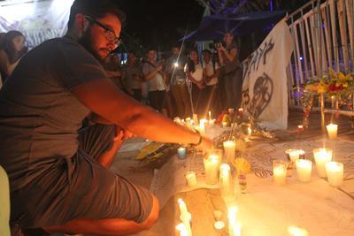 Las personas se instalaban también en la Plaza 28 de Julio, frente al Palacio Municipal.
