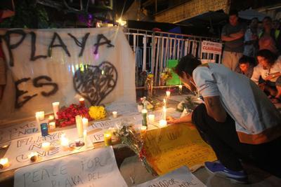 Sobre la Calle 12, en la entrada al centro nocturno, se colocaron veladoras y mensajes de paz.