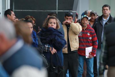 Siguen las largas filas para cumplir con los impuestos estatales de refrendo y replaqueo.