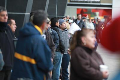 Aún cuando hace frió, la gente llega desde temprano para tomar su lugar en la fila.