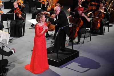 Elina regresó a escena con un vestido rojo, transformada, altiva, decidida a mostrar por qué es la mezzosoprano más cotizada en la escena internacional de la música.