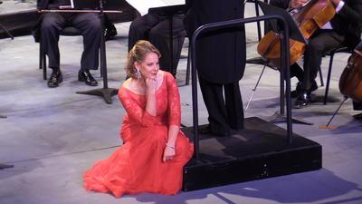 Su presencia escénica es contundente; Torreón fue la única sede, en su gira por México, donde la cantante letona se cambió tres veces de vestuario.