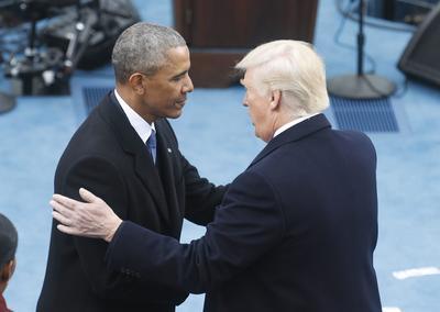 Trump y Obama llegaron al sitio tras compartir un té, como lo marca el protocolo, y que el presidente saliente diera la bienvenida a la Casa Blanca al nuevo mandatario.