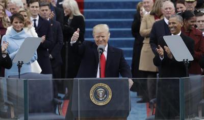Inmediatamente después de jurar al cargo, Donald Trump pronunció su primer discurso como presidente agradeciendo a los exmandatarios que asisten a la investidura, incluyendo al ya expresidente Barack Obama, por ayudarlo con el relevo en la Casa Blanca.