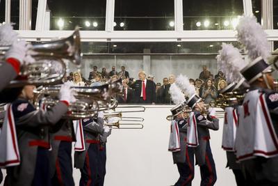 El presidente Trump va acompañado por representantes de las Fuerzas Armadas y su esposa Melania.
