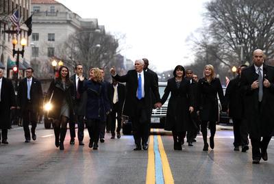 El vicepresidente Mike Pence también caminó en el desfile.