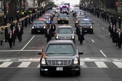 Acompañado de un fuerte dispositivo de seguridad, Trumpo recorrió las calles de Washington.
