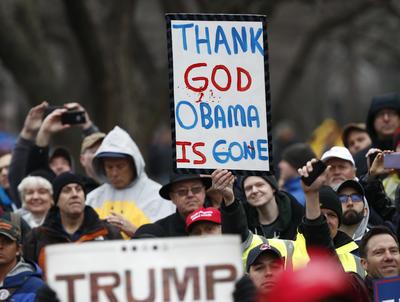 También se mostraron manifestantes en favor del arribo de Donald J. Trump.