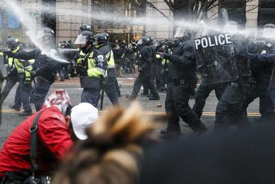 Agentes de seguridad repelieron a los manifestantes que provocaban daños en la vía pública por medio de gas lacrimógeno.