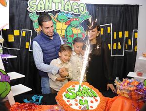 Santiago con sus papás, Sinhué y Emmy, y su hermano, Emilio
