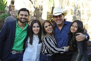 Juan Carlos acompañado de su esposa, Nancy, y sus hijos, Andrés, Génesis y Nahid