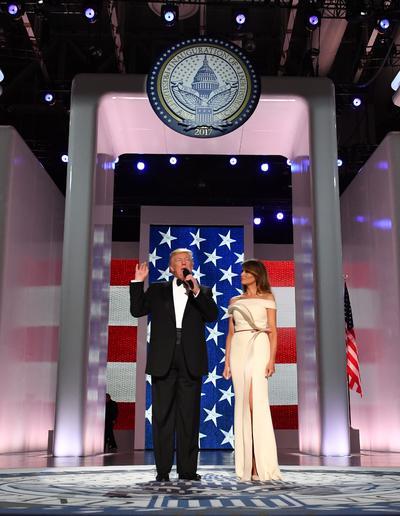 Melania Trump lució un elegante vestido largo color crema, aunque no se dio a conocer el nombre del diseñador.