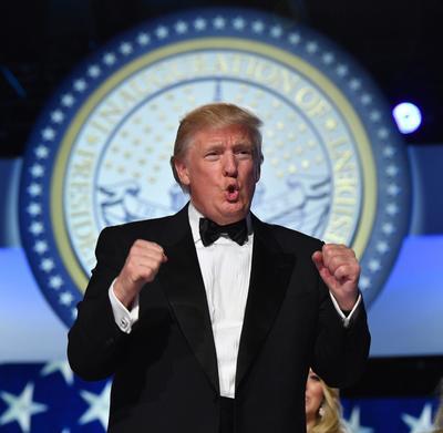 """""""Bueno, lo hicimos"""", exclamó Trump, vestido en traje frac, ante la multitud de sus simpatizantes en la Gala de la Libertad."""