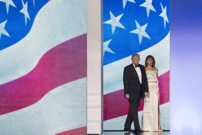 El nuevo presidente estadounidense Donald Trump y su esposa Melania bailaron en una de las galas que coronaron la jornada de festividades por su toma de posesión.