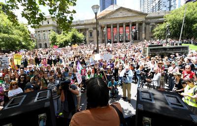 En Sídney, Australia, miles de personas marcharon en solidaridad a través del parque Hydede la ciudad.