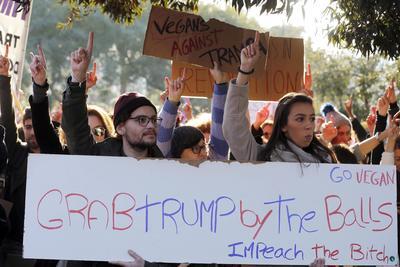 En Lisboa marcharon hombres y mujeres en contra de las políticas de Trump.