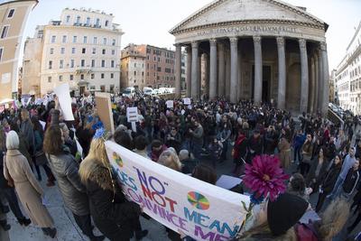 Roma fue una de las decenas de ciudades en las que las mujeres salieron a las calles en el primer día completo de Donald Trump como presidente.
