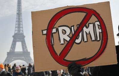 El llamado a manifestarse alcanzó también a Francia, donde mujeres protestaron en contra del nuevo presidente de Estados Unidos en la emblemática Torre Eiffel.
