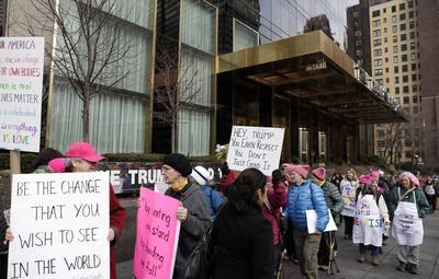 Un grupo de manifestantes se postró afuera de la Trump Tower en Nueva York.