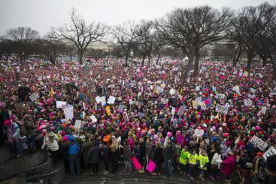 Funcionarios municipales dijeron que los organizadores de la Marcha de Mujeres sobre Washington habían duplicado su cálculo inicial a 500,000 a medida que crecían las concentraciones y se hacía imposible tomar el metro.