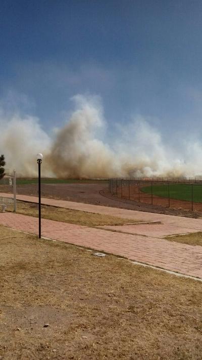 Intensos vientos levantan grandes cantidades de polvo en el Polideportivo de Durango.
