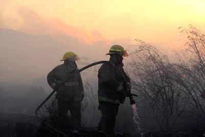 Bomberos atendieron el llamado por el incendio.
