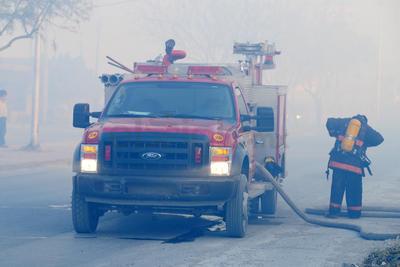 Con ayuda de pipas con agua proporcionadas por algunas empresas privadas, trabajaron por varias horas para controlar el fuego que amenazaba con llegar hasta algunas fincas y jacales.