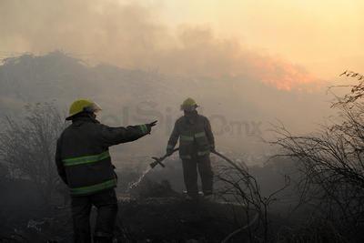 Alrededor de las 16:30 horas se reportó el incendio de un antiguo tiradero de basura ubicado entre el bulevar Laguna y Diagonal de las Fuentes.